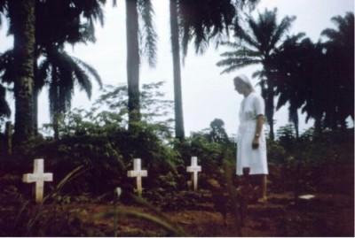An den Gräbern des ersten dokumentierten Ebola-Ausbruchs im Jahr 1976. Die Nonnen einer Missinsstation im damaligen Zaïre hatten nur fünf Injektionsspritzen zur Verfügung, die sie wieder und wieder benutzten, ohne sie zu sterilisieren. So steckten sie unwissentlich Menschen mit Ebola an. Sie selbst gehören ebenfalls zu den Opfern.